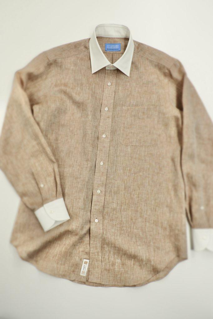 ベージュの麻のシャツ